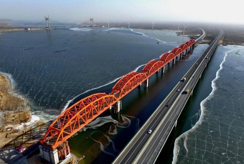 京张高铁官厅水库特大桥拱型八孔钢桁梁落梁成功
