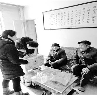 兰州雁滩路社区:寒冬里,他们向孤寡老人送温暖(图)