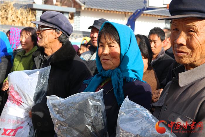 过大年有新衣 平凉庄浪400多名乡亲喜穿新衣迎春节(组图)