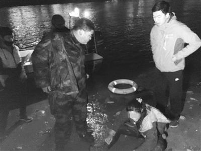 兰州:兄妹俩捞足球不慎坠黄河 快艇驾驶员跳河成功施救
