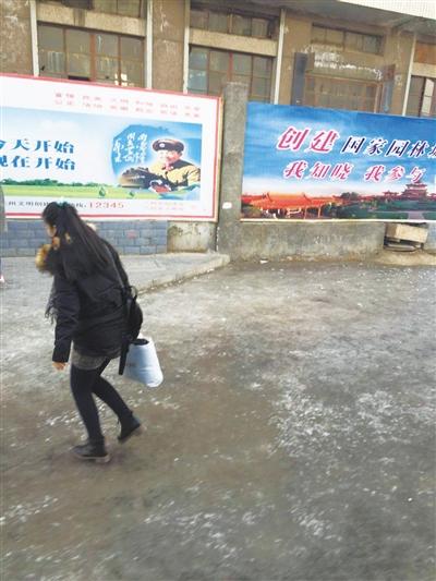 兰州市民反映:西站北广场公交站旁现冰层 影响通行