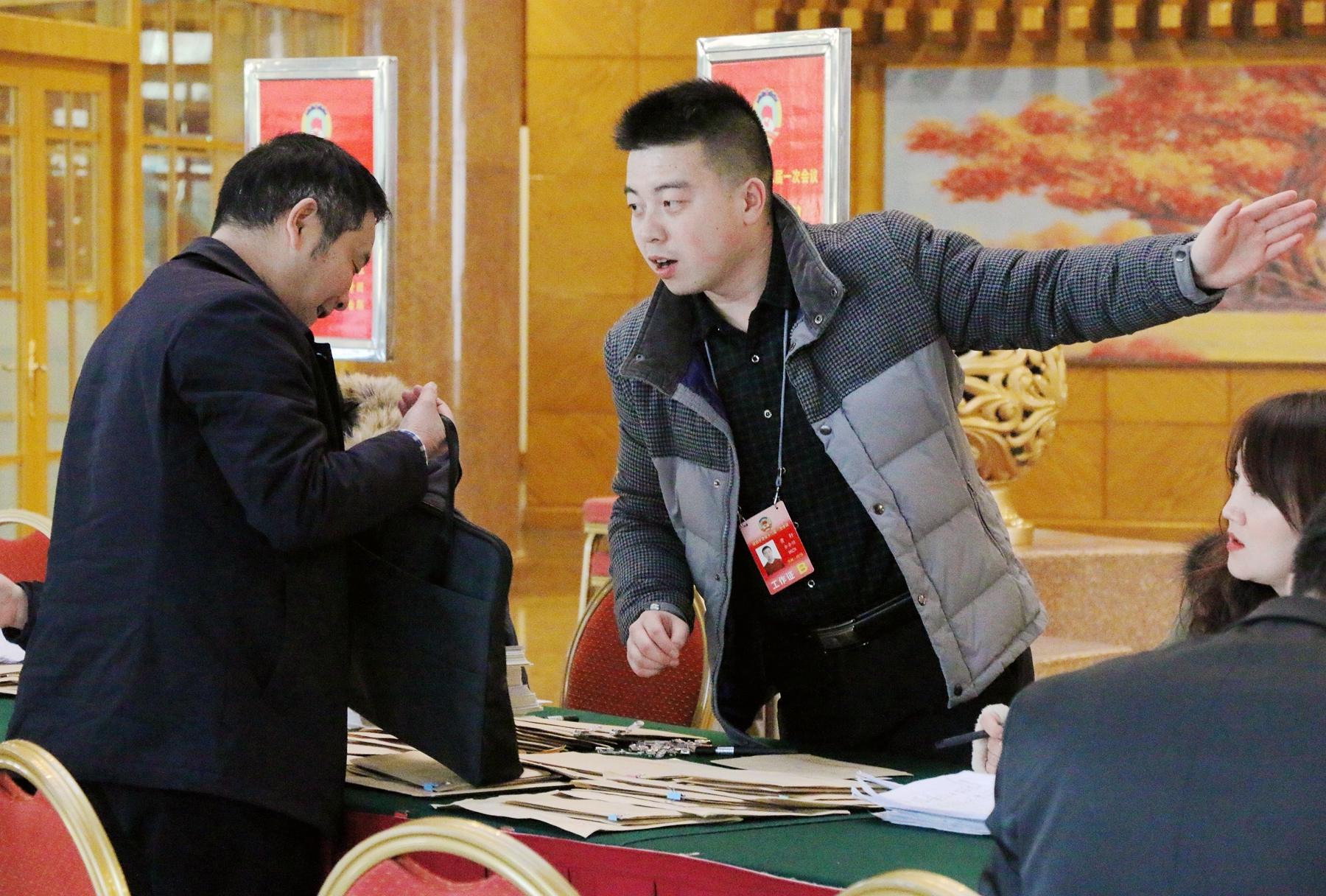 出席政协甘肃省十二届一次会议的委员陆续抵达兰州报到(图)