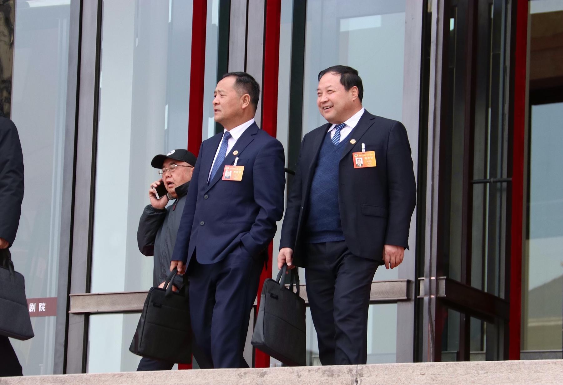 政协甘肃省十二届一次会议闭幕 委员们走出会场(组图)