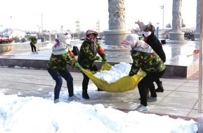 """兰州榆中铲冰除雪保平安 群众雪天出行有安全""""暖心""""之路(图)"""