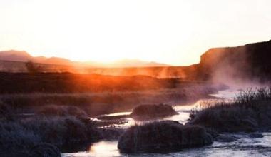 甘肃祁连山下迎日出霞光流泻 河水云雾蒸腾