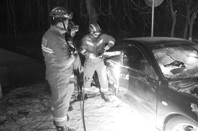 国道上小轿车凌晨失控撞树 平凉消防及时救出被困伤员