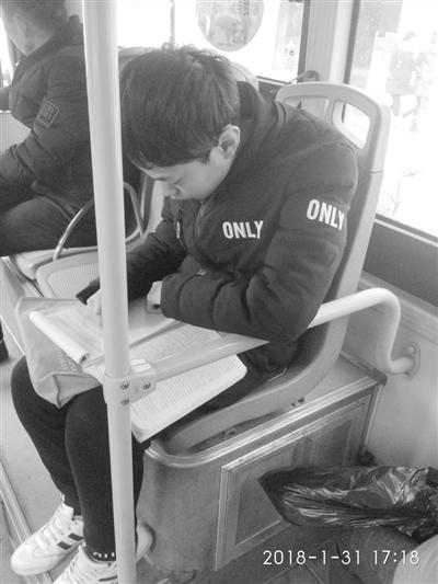 关注丨孩子,公交车上摇晃颠簸作业最好回家再写
