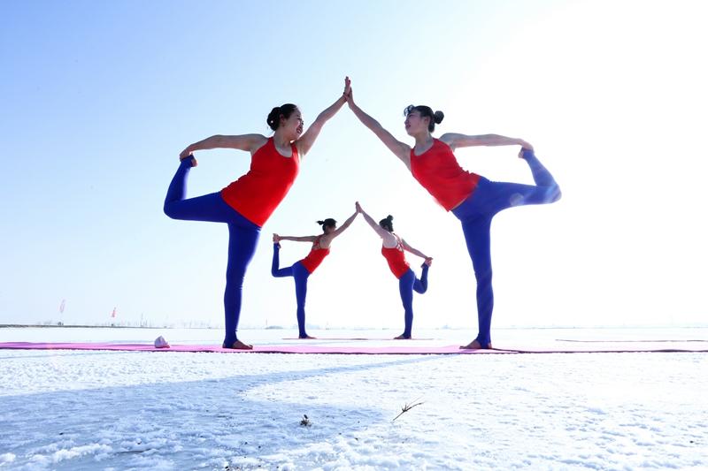 甘肃张掖:冰雪严寒练瑜伽