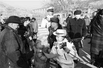 """兰州市七里河交警大队深入辖区""""两镇一乡""""开展春运期间道路交通安全宣传活动"""