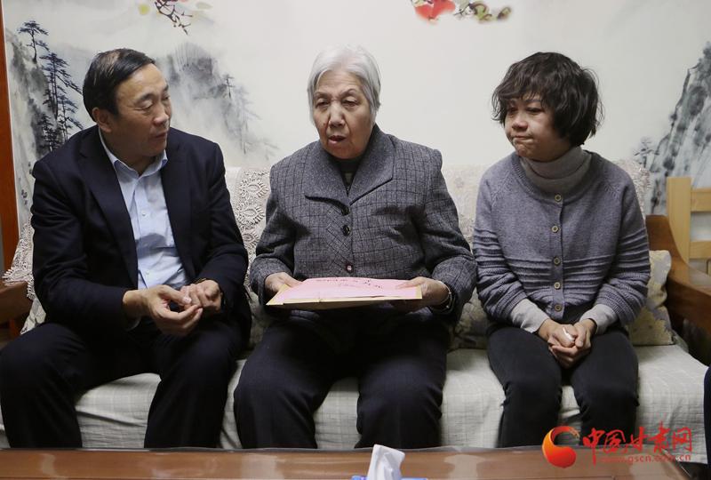 甘肃省委宣传部副部长李均一行慰问李钢家属(图)