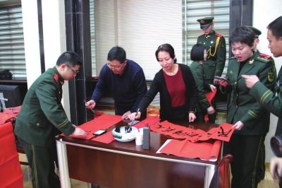 兰州文艺家志愿者为消防官兵送祝福(图)