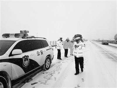 昼夜除雪防滑 兰州公路部门全力保障返程高峰期环兰高速通行安全