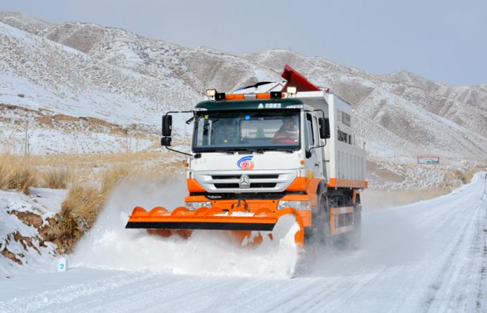张掖肃南:铲冰除雪保出行