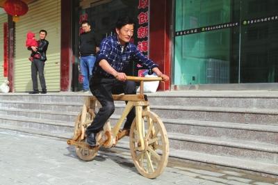 平凉农民发明木头自行车 配件全是木头没有任何铁钉铁链可载200斤成年人