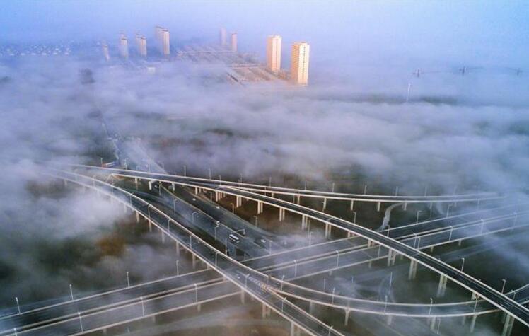 """晨雾中的""""天桥"""""""