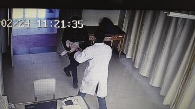 兰州:险!干果卡在女婴喉咙 赞!陌生男子狂奔送医