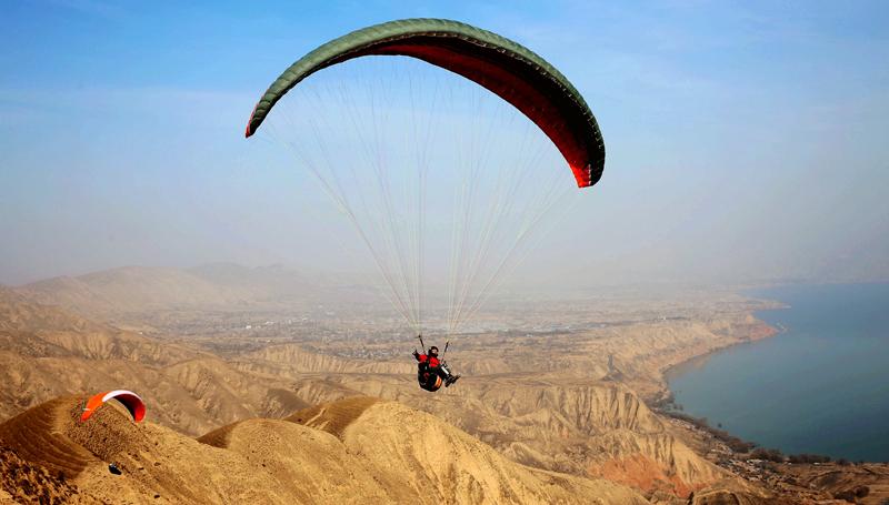 临夏:刘家峡滑翔基地迎来新年首飞