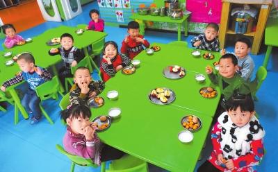 酒泉市阿克塞哈萨克族自治县幼儿园的孩子们在吃早餐