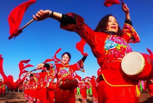 甘肃小城千人秧歌、社火舞动戈壁滩