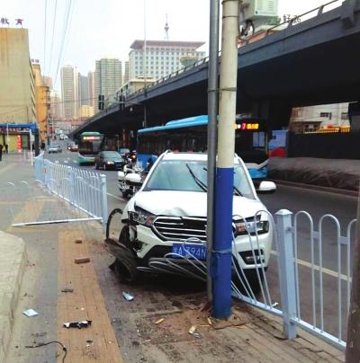 兰州:新手上路撞坏护栏