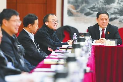 住甘全国政协委员继续讨论政府工作报告