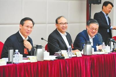 住甘政协委员讨论政府工作报告、计划报告和预算报告
