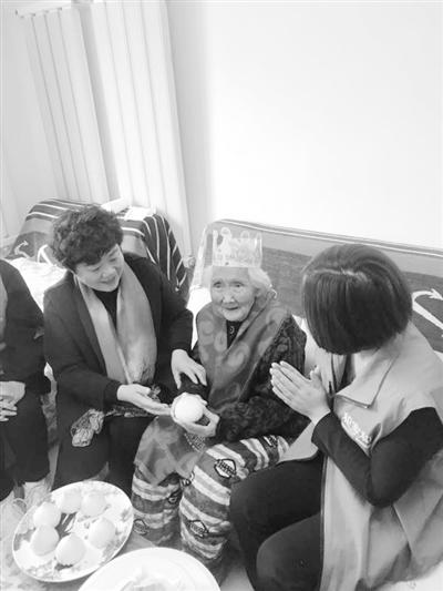 """兰州铁东村街道东村社区为百岁老奶奶 """"三八""""庆生"""