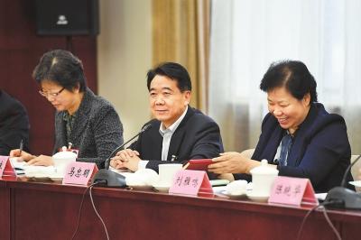 出席全国政协十三届一次会议的住甘政协委员审议政协章程修正案草案