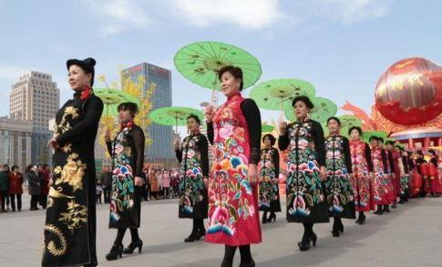 甘肃平凉百余名女性街头上演旗袍秀展示优雅美