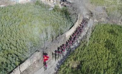 甘肃平凉消防支队负重30公斤黄土高坡拉练