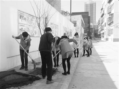 兰州先锋路街道兰玻西社区组织志愿者义务植树(图)