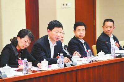 出席十三届全国人大一次会议的甘肃代表团在驻地审议全国人大常委会工作报告