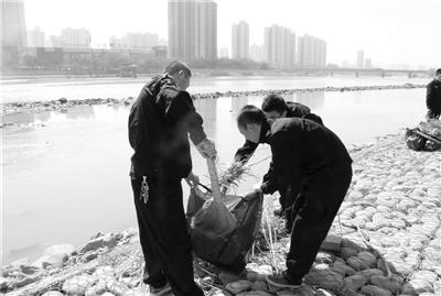 保护环境 兰州安宁民警放弃休息黄河边捡垃圾(图)