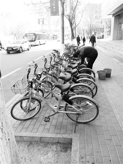 """闲置一冬""""一身尘土""""  兰州共享单车需要""""洗洗澡""""(图)"""