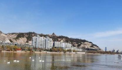 三月黄河兰州段河水清澈见底水天一色