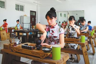 平凉市华亭县职教中心通过开展多技能培训课程,增加就业渠道