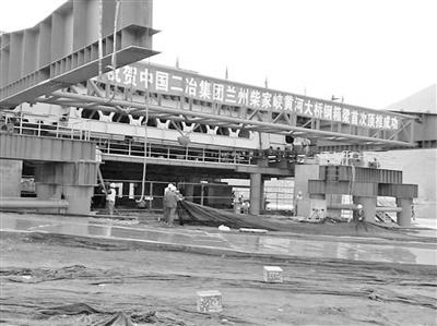 柴家峡黄河大桥钢箱梁首次顶推成功