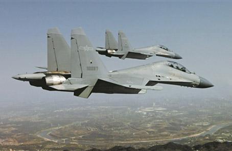 西部战区空军驾歼-16实施低空密集编队训练