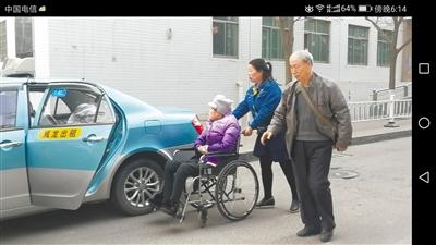 兰州奔马的士雷锋车队司机义务接送老人就医 每周3趟风雨无阻