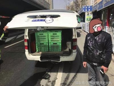 兰州一面包车改装拉货 造成安全隐患被处罚