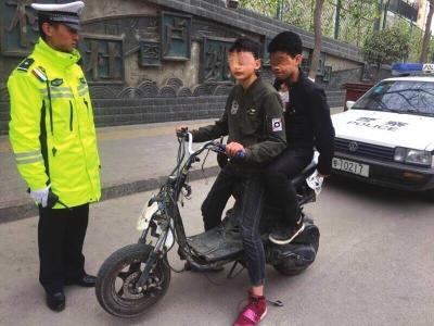 兰州:13岁少年骑摩托带着15岁亲戚
