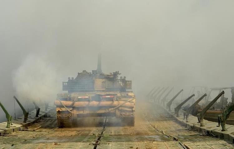 陆军首次举行工程防化部队规范化训练演练