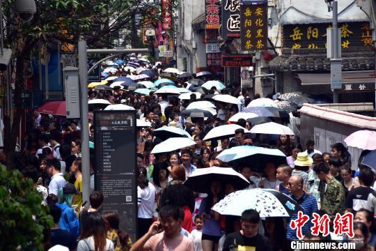 """""""五一""""假日中国接待国内游客1.47亿人次"""