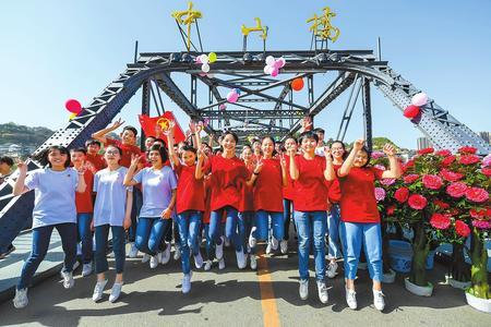 兰州市第六十六中学35名学生光荣入团(图)
