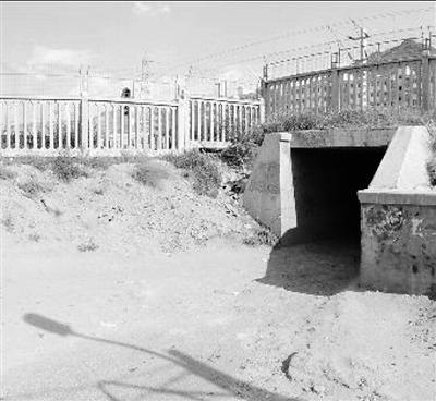 """兰州市民反映:排洪南路东口现""""搓板路"""" 颠簸坑洼难行亟待维修"""