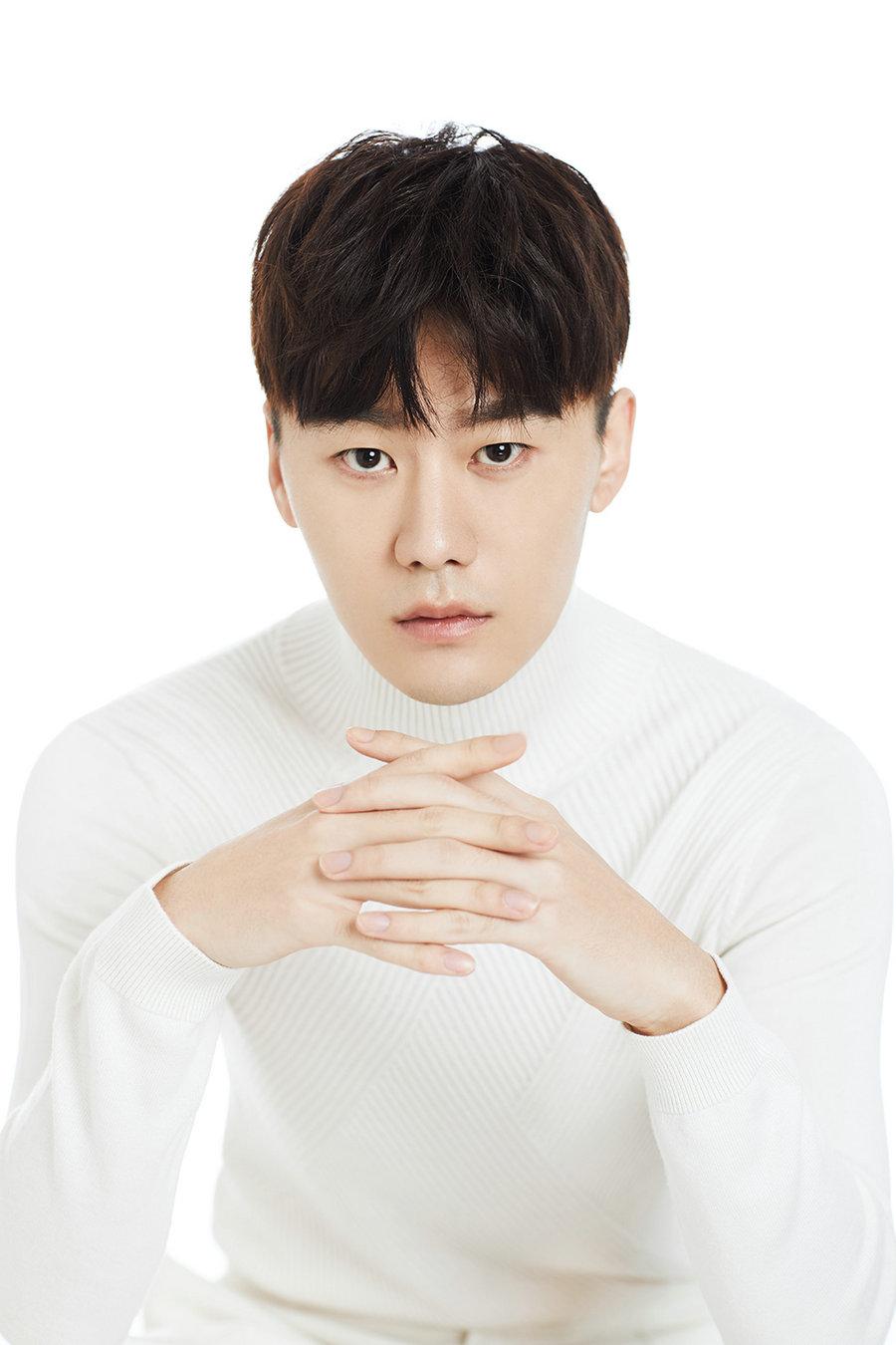 李柄辉最新时尚写真 白衣翩翩俊朗清爽