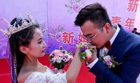 """甘肃张掖举行""""青年节""""集体婚礼 倡""""新婚尚"""""""