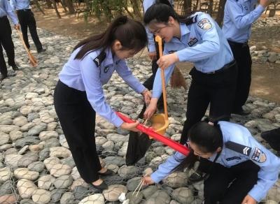 """兰州交警开展""""庆五四,保卫母亲河""""环保公益行活动(图)"""