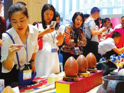 敦煌文创产品在深圳文博会大放异彩