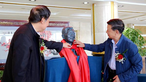 王正强先生铜像落成仪式在兰举行(组图)